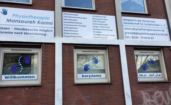 Hauswand mit Alu-Verbundplatte und Fensterfolierungen Physiotherapie Karimi
